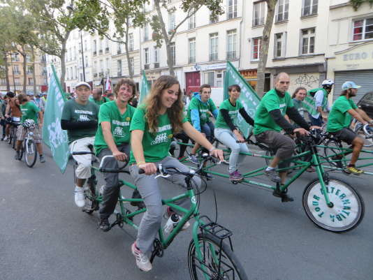 Au guidon de leur «quadruplette» et de leur «triplette», les militants d'Alternatiba ont rejoint Paris, samedi 26 septembre.