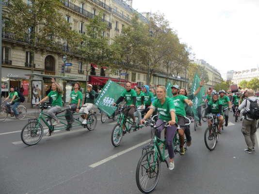 Après 187 territoires différents visités, autant d'étapes, les militants d'Alternatiba sont arrivés à Paris, samedi26septembre. Dans leur viseur la COP21 qui doit se tenir à la fin de novembre à Paris et deux mots d'ordre : «urgence climatique» et «justice sociale».
