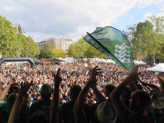 Devant des milliers de personnes, place de la République à Paris, samedi26septembre, les militants d'Alternatiba ont délivré leur message sur «l'urgence climatique».