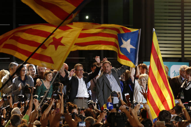 Artur Mas, de Convergence démocratique de Catalogne, et Oriol Junqueras, de la Gauche républicaine de Catalogne, à Barcelone en septembre 2015. Le parquet accuse Convergence d'avoir perçu 6,6millions d'argent détournés dans le cadre de « l'affairePalau»