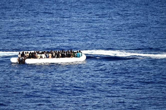 Des migrants attendent d'être secourus, le 27 septembre 2015.