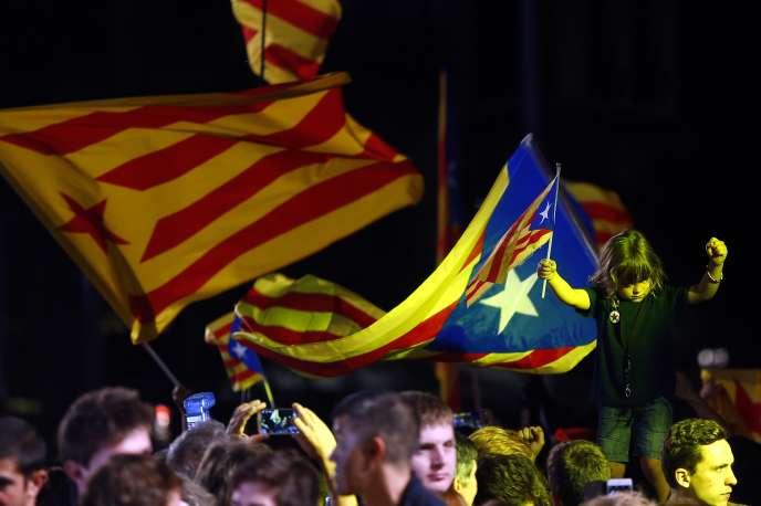 Des partisans de l'indépendance de la Catalogne manifestent leur joie à Barcelone, dimanche 27 septembre.