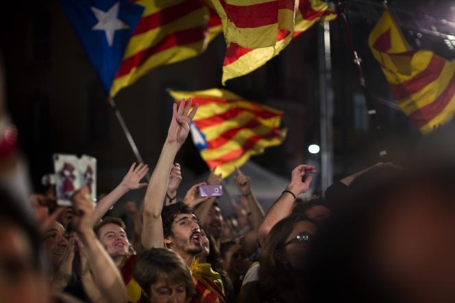 Les partisans de la sécession de la Catalogne célèbrent la victoire de leurs candidats à l'élection régionale du 27 septembre, à l'issue de laquelle les partis indépendantistes ont obtenu une majorité de sièges au Parlement catalan.