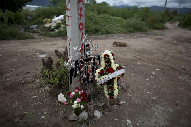 Des fleurs ont été déposées à l'endroit où des restes d'un des quarante-trois étudiants mexicains disparus il y a un an ont été retrouvés.