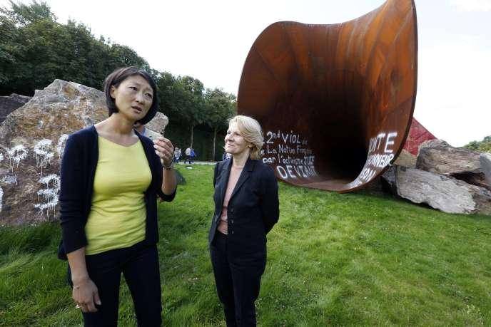 Fleur Pellerin (à gauche) devant l'oeuvre vandalisée d'Anish Kapoor,