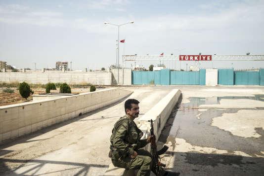 Tal Abyad, conquise par les forces kurdes syriennes YPG le 16 juin 2015, point de transit entre la Syrie et la Turquie,  ville statique pour les djihadistes de l'Etat islamique, dont le fief de Rakka, est situé à 86 km au sud.  Des miliciens de l'Armee Libre Syrienne, et des force Kurde YPG, au  poste frontière de Tal Abyad en Syrie vers la ville Turque de Akçakale.