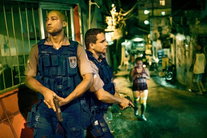 Une opération policière dans  une favela de Rio de Janeiro, le 24 janvier 2014. « Notre police assassine... les Noirs et les pauvres. Elle est au service de la protection d'une classe », estime le sociologue Daniel Pereira Andrade.