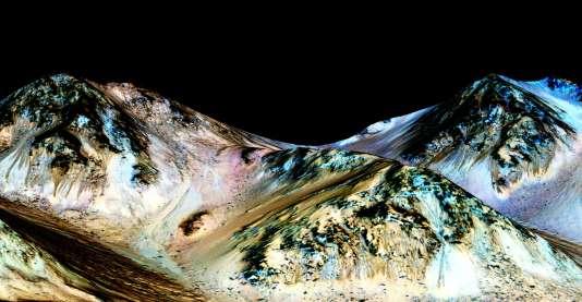 Les traces sombres visibles sur ce paysage martien seraient dues à des coulées intermittentes de saumure.