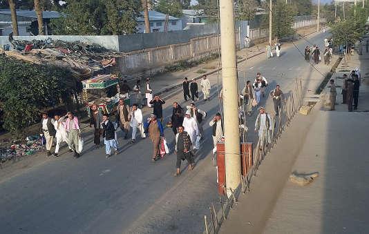 Des prisonniers talibans marchent dans la rue après l'offensive des rebelles dans la ville de Kunduz, le 28 septembre.