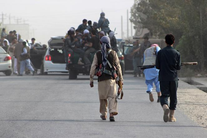 Des membres des forces de sécurité afghanes doivent faire face à une offensive des talibans à Kunduz, le 28 septembre.