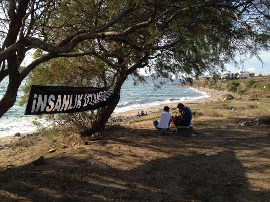 """Une banderole """"L'humanité doit avoir honte"""" sur la plage de Bodrum (Turquie), où le corps du petit Aylan a été retrouvé le 2 septembre."""