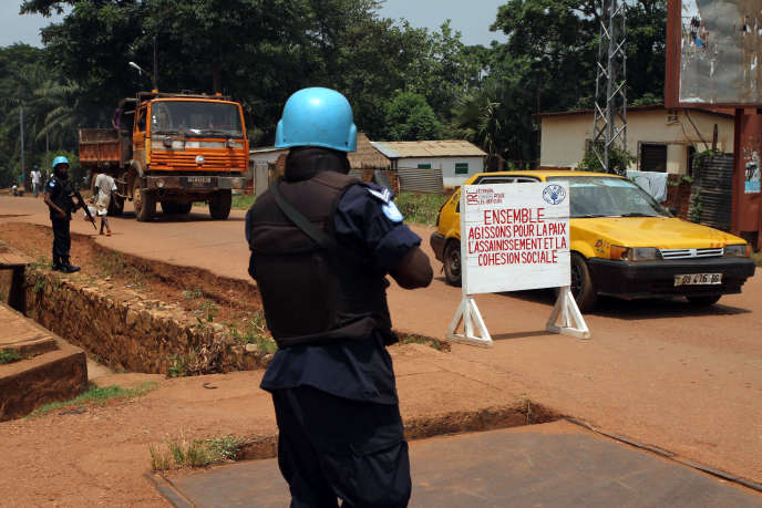 Un casque bleu rwandais en patrouille dans un marché de bangui, en septembre.