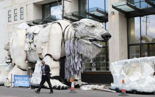 Un ours polaire construit par Greenpeace face au siège de Shell à Londres, le 25 septembre.