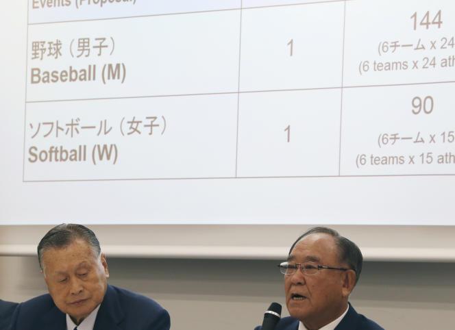 Le président du Comité olympique japonais, Fujio Mitarai (droite), lors de la conférence de presse, lundi 28 septembre à Tokyo, en présence du premier ministre, Yoshiro Mori.