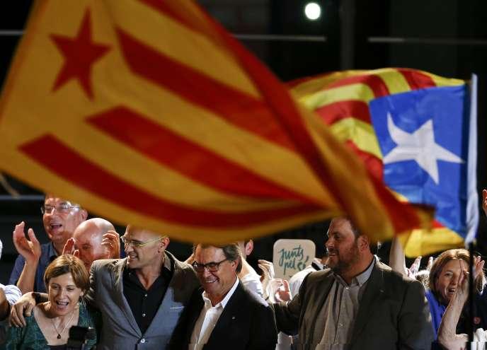 Artur Mas entouré des dirigeants de la liste indépendantiste «Ensemble pour le oui», à Barcelone, le 27septembre.
