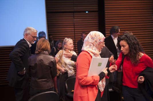"""La juriste Lila Charef, au centre, à l'issue du débat """"Laïcité, religion et liberté d'expression""""."""