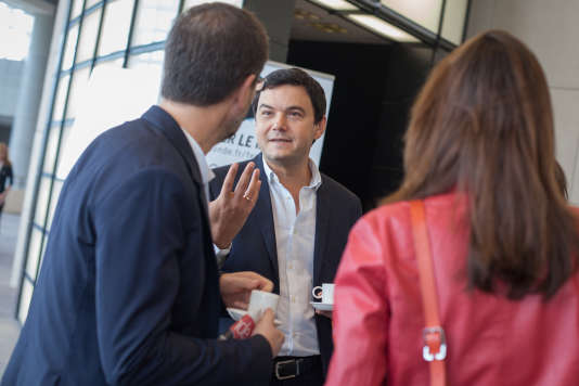 """Le directeur du """"Monde"""" Jérôme Fenoglio (de dos) avec Thomas Piketty, à l'Opéra Bastille, le 26 septembre 2015."""