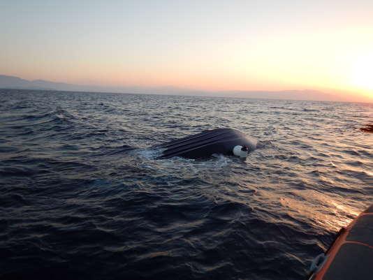 Le 18 août, cinq heures après avoir chaviré, trois personnes sont retrouvées vivantes sous ce canot par le plongeur de l'équipe des sauveteurs volontaires de Bodrum.