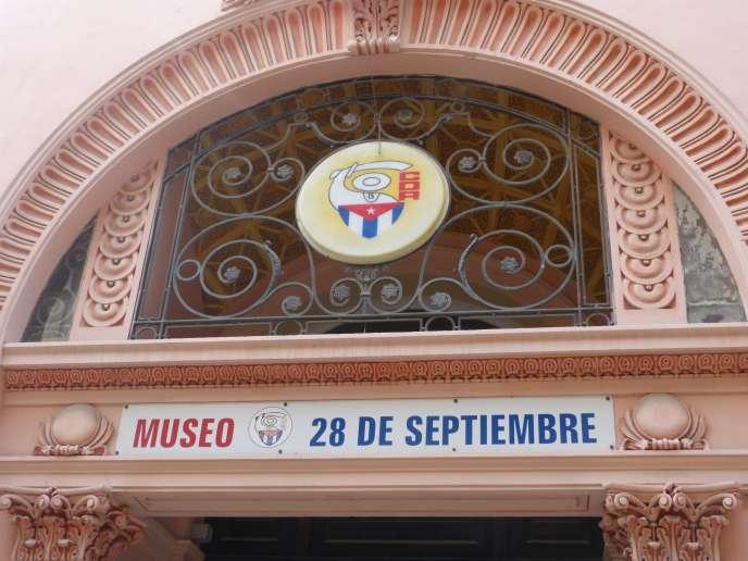 L'entrée du musée des Comités de défense de la Révolution, dans la rue commerciale de la Vieille Havane, calle Obispo, à Cuba, en juillet 2015.