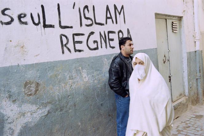 Un graffiti à la gloire du Front islamique du salut, dans une rue d'Alger, en janvier 1992.