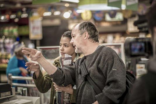 """Le réalisateur Philippe Faucon avec l'actrice Zita Hanrot sur le tournage du film """"Fatima""""."""