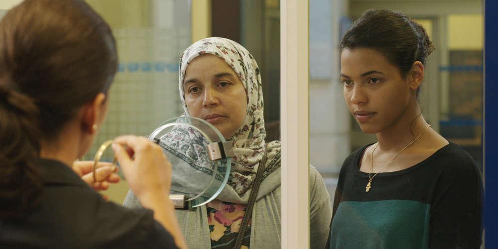 A partir d'un récit de vie écrit par Fatima Elayoubi, une femme de ménage marocaine vivant à Paris, le réalisateur de « La Désintégration » (2012) dresse, avec une infinie délicatesse, le portrait d'une femme d'entre quarante et cinquante ans qui travaille dans la banlieue lyonnaise, seule avec ses deux filles. Beau et émouvant.