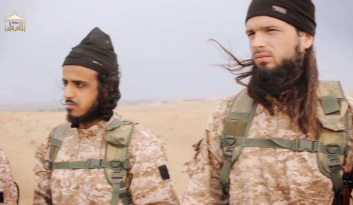 Le Français Maxime Hauchard (à droite), dans une vidéo de propagande de l'Etat islamique, diffusée en novembre2014.