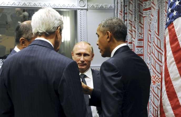 Vladimir Poutine, Sergei Lavrov et Barack Obama discutent lors de l'assemblée générale des Nations Unies à New York le 28 septembre 2015.