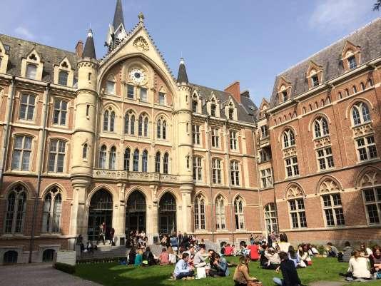 La cour d'honneur de l'université catholique de Lille.