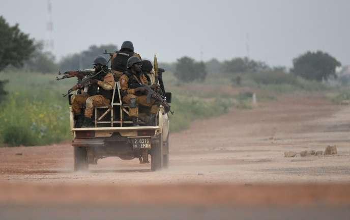 Des gendarmes burkinabés en patrouille près du camp du RSP, en septembre 2015. La garde prétorienne de Blaise Compaoré a été dissoute depuis.