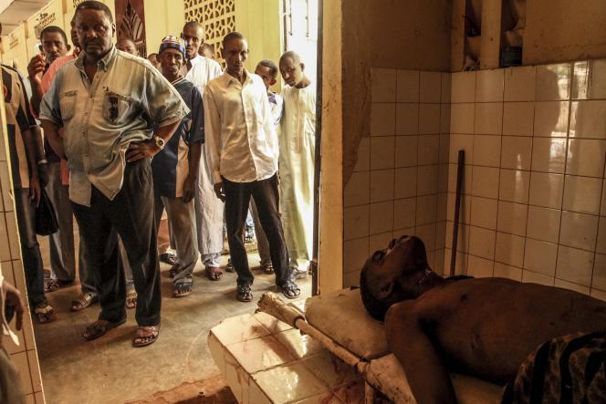 Le corps d'un jeune chauffeur de moto-taxi musulman à la mosquée Ali Babolo, dans le quartier PK5 de Bangui en Centrafrique, le 26 septembre 2015.