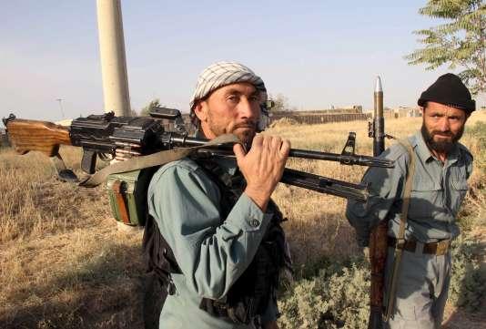 Deux policiers afghans se préparent à une bataille avec les talibans, mardi 29 septembre, dans la ville de Kunduz.