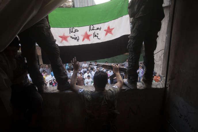 Des combattants de l'Armée syrienne libre, lors d'une manifestation dans les faubourgs d'Alep, en septembre 2012.