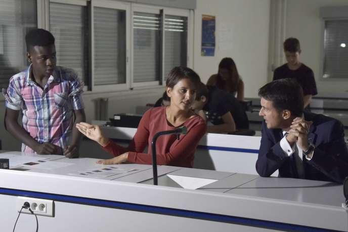 Najat Vallaud-Belkacem et Manuel Valls lors d'une visite au lycée Jean Gay à Verfeil, le 11 septembre 2015.