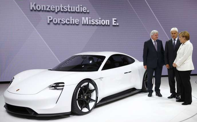 De gauche à droite, Martin Winterkorn, alors président du directoire de Volkswagen, Matthias Müller, alors PDG de Porsche, et la chancelière allemande, Angela Merkel, le 17 septembre, lors du Salon de Francfort.