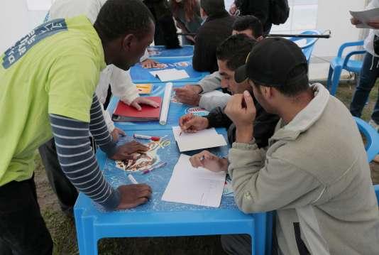 Des réfugiés apprennent le français avec des volontaires du Secours catholique, à Cergy (Val-d'Oise), le 16 septembre 2015.