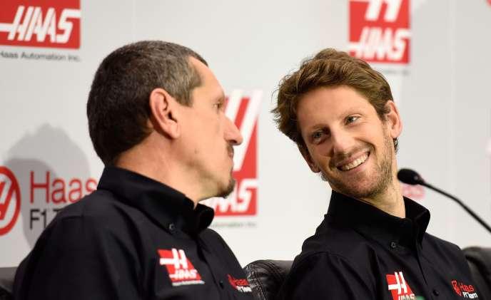 Kannapolis, le 29 septembre. Gunther Steiner (à gauche), directeur de Haas F1 Team, lors de la conférence de presse qui officialise la titularisation du pilote Romain Grosjean dans l'écurie américaine pour la saison 2016.