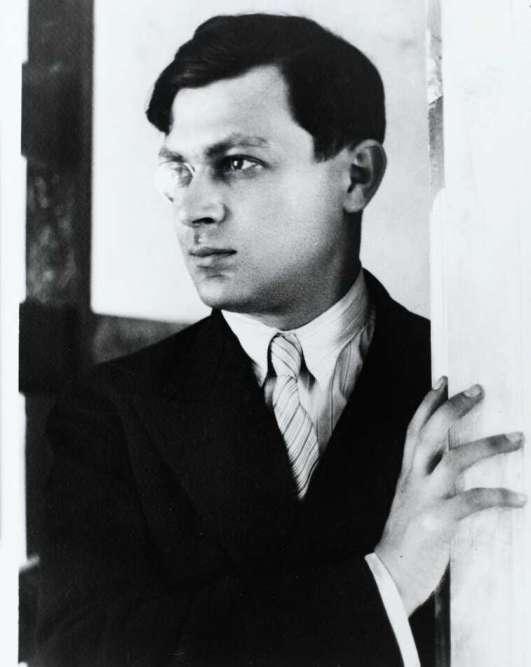 « Ayant lui-même sabordé Dada, Tzara se tourne vers d'autres recherches. Il continuera d'attirer à lui de nombreux créateurs comme le peintre Chagall et des photographes comme Germaine Krull et André Kertész. »