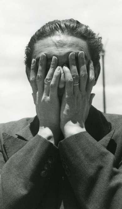 """""""James Oles, le commissaire de l'exposition de Lola Àlvarez Bravo, qualifie cette photographie d'anti-portrait. Certes, elle ne répond pas aux critères du genre : rien ne permet de reconnaître le sujet. Sauf, peut-être, l'expression symbolique d'une personnalité. Quoi qu'il en soit, il faut chercher ailleurs le motif de cette image, du côté de Lola qui l'a conçue et particulièrement choyée. L'oeuvre fait la couverture d'une monographie qui sera publiée en 1992, quelque temps avant sa disparition."""""""
