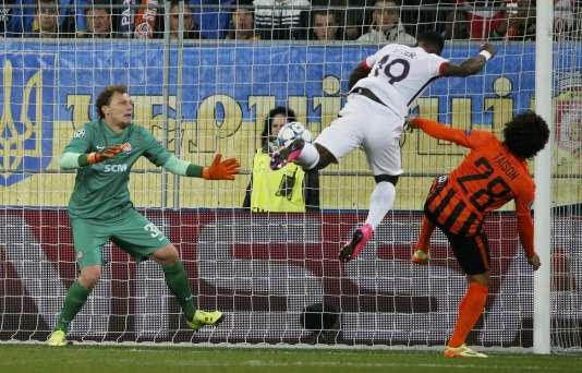 Paris a rapidement ouvert le score par Aurier grâce à une tête à la réception d'un centre de Maxwell (7e)