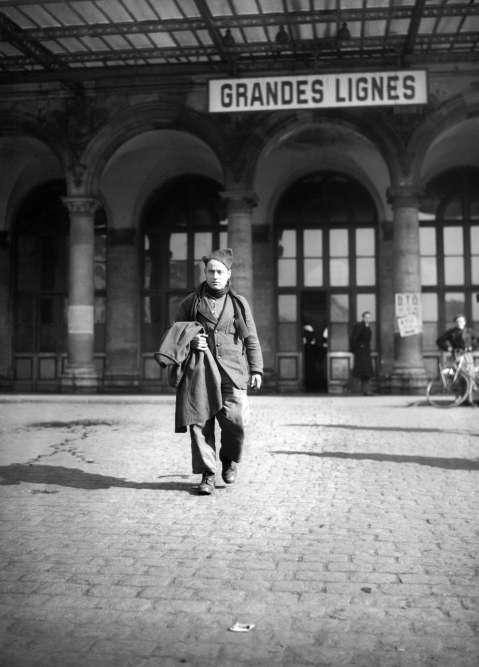 """""""Photographie singulière d'un homme, un prisonnier de guerre, qu'un photographe a voulu rendre singulier car détaché de la masse de centaines de milliers d'autres soldats rapatriés en France au printemps 1945. Et voilà que le soldat inconnu, ancien combattant d'une guerre qu'il n'a pas faite, pris dans la débâcle de 1940, nous apparaît seul. Un homme solitaire. Personne ne vient l'accueillir. Peut-être son foyer s'est-il brisé durant une si longue absence… L'image a révélé un envers, enfoui en elle, du retour de l'absent."""""""