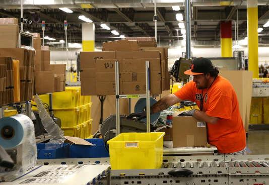 Un employé d'Amazon prépare des cartons de livraison dans un centre de tri à Tracy en Californie en janvier 2015.