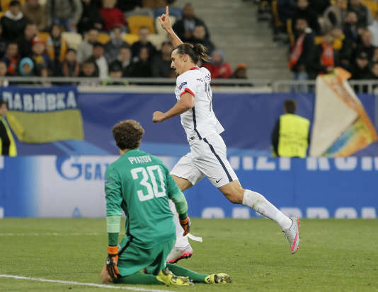 Le joueur du PSG Zlatan Ibrahimovic célèbre le troisième but de son équipe face au Shakhtar Donetsk.