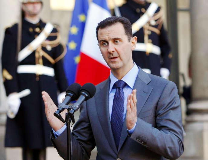 Le président syrien, Bachar Al-Assad, s'adresse à la presse sur le perron de l'Elysée, le 9 décembre 2010, après avoir été reçu par Nicolas Sarkozy.