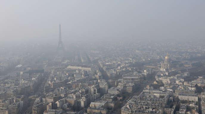 Vue sur Paris à travers un nuage de particules fines, le 18 mars 2015