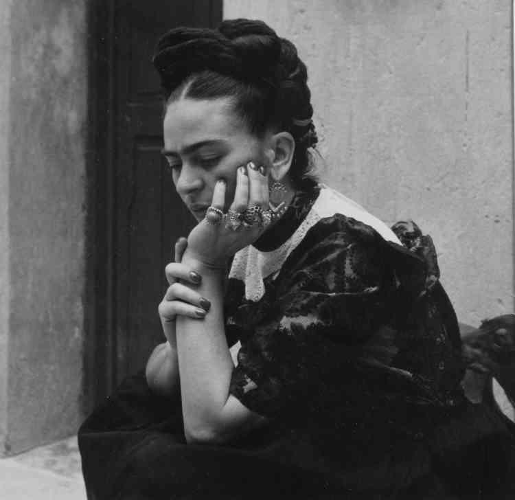 """""""Frida Kahlo évidemment : figure artistique qui vient presque aussitôt à l'esprit lorsque l'on évoque la peinture mexicaine de cette époque. Mais Frida et Lola, c'est bien plus qu'une photographie, qu'une séance de portrait : c'est une existence partagée, une complicité jusqu'aux derniers instants vécus par cette femme qui souffre dans son corps, ainsi qu'en témoignent les nombreuses images que Lola a réalisées. Frida dont Lola avait organisé une rétrospective en 1953."""""""