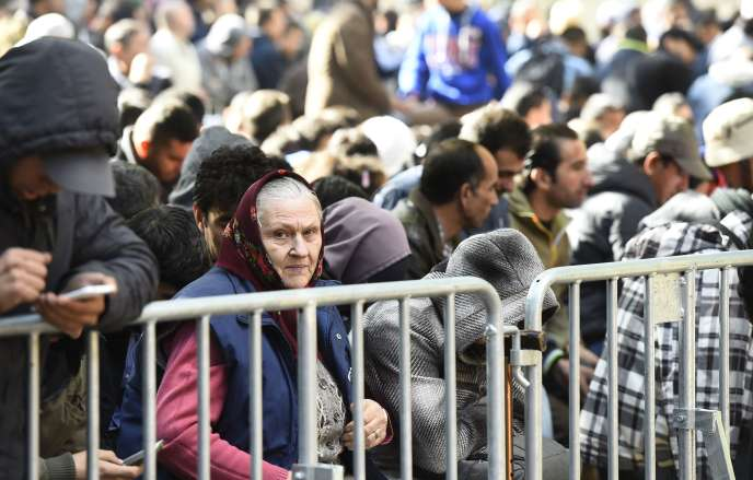 Des réfugiés et migrants attendent pour se faire enregistrer au bureau de la santé et des affaires sociales pour obtenir des aides de l'Etat, à Berlin le 29 septembre 2015.