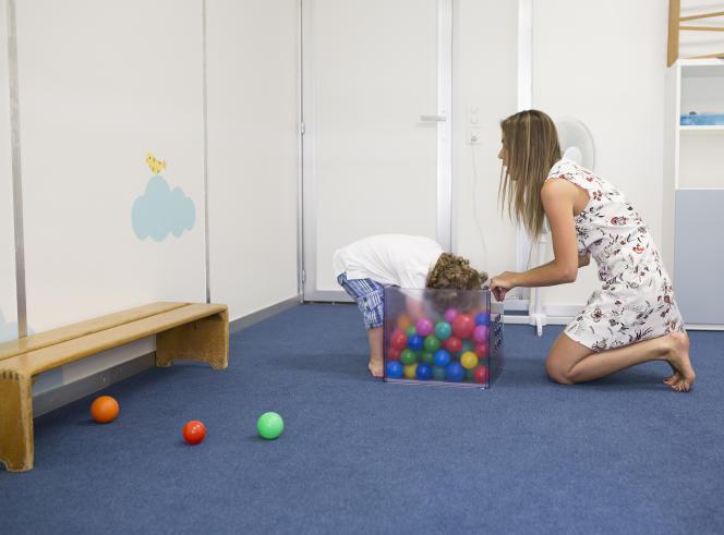 Une psychologue en séance avec un enfant, au Centre d'intervention précoce en autisme, à Genève, en juillet 2015.