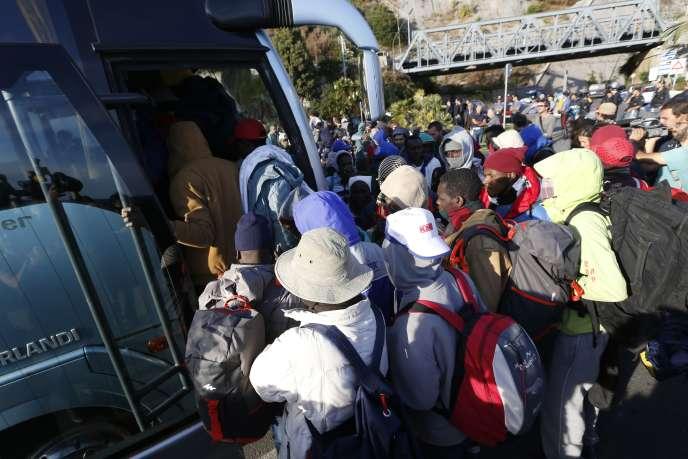 Une trentaine de migrants ont été évacué, mercredi 30 septembre, vers le centre d'accueil des migrants de la Croix-Rouge, à Vintimille