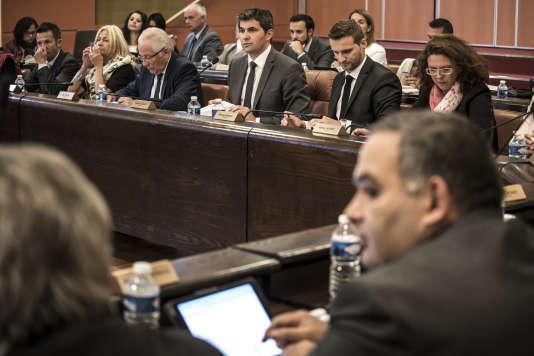 Le maire de Chalon-sur-Saône Gilles Platret (au centre), lors du vote sur les menus de substitution au conseil municipal de la ville, le 29septembre 2015.